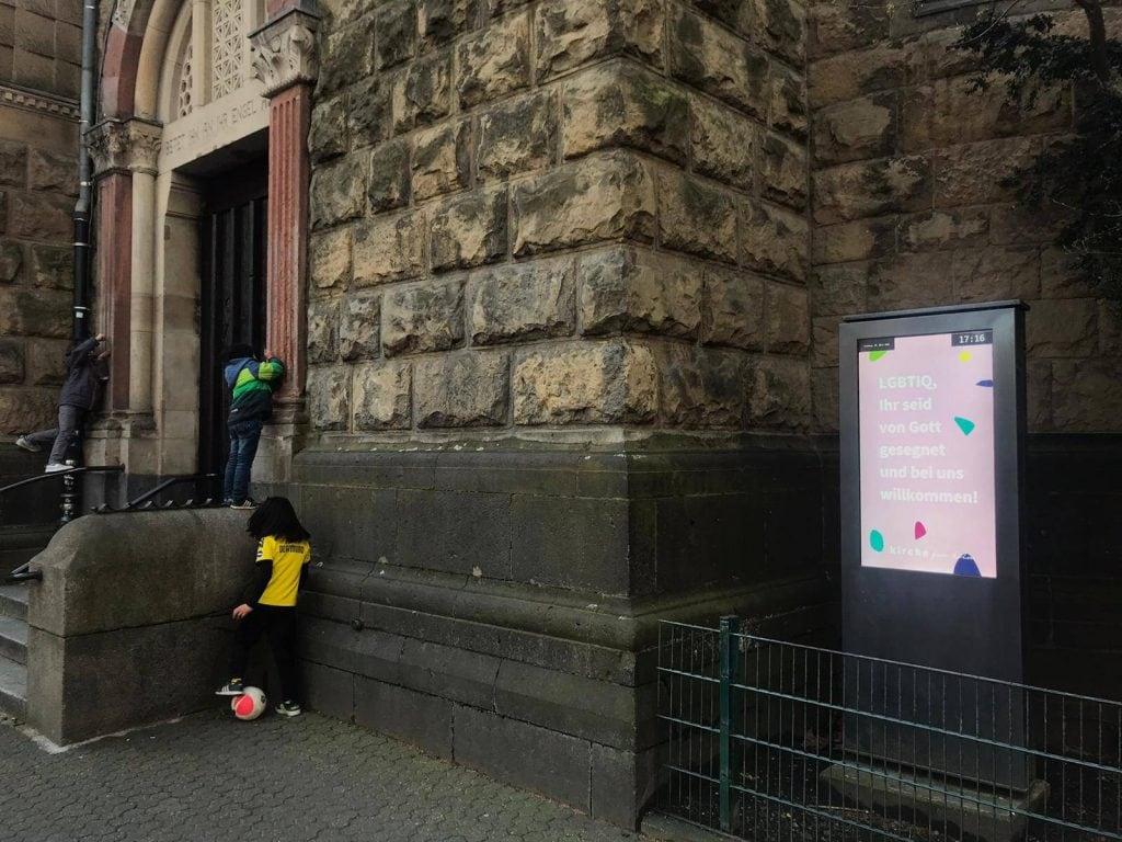 Auch die St. Michaelkirche in Köln am Brüsselerplatz zeigt sich solidarisch.