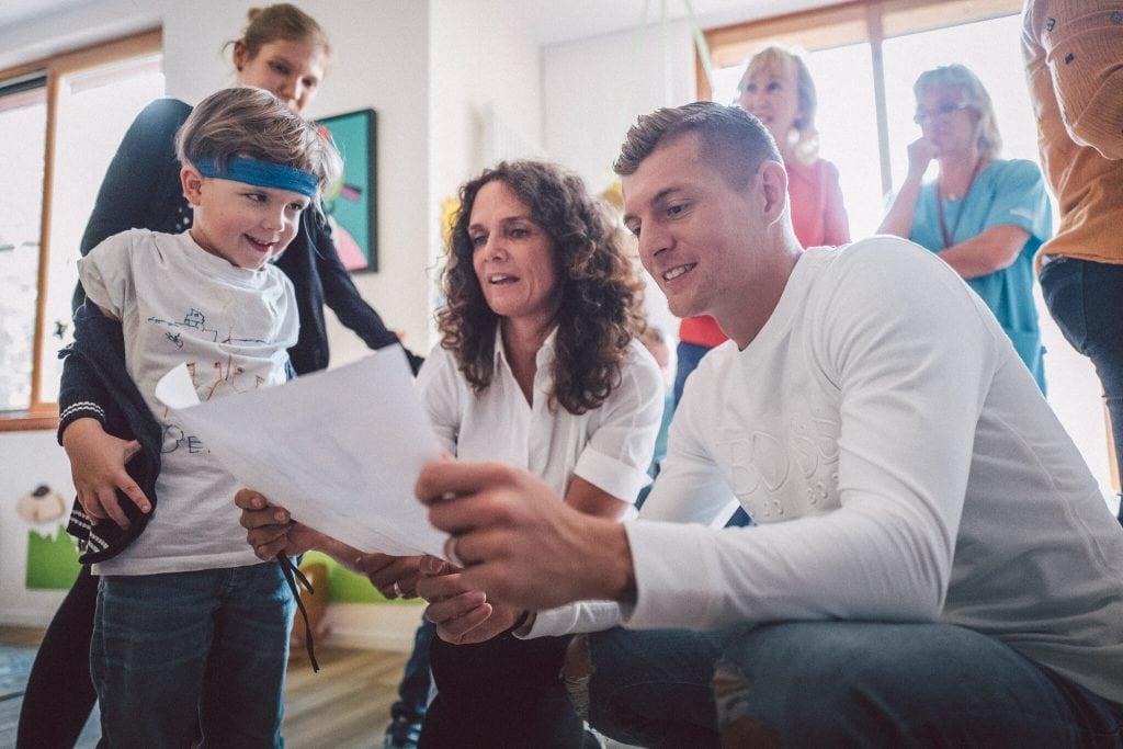 In seiner Toni Kroos Stiftung besucht der Fußballer so oft es geht die Einrichtungen.