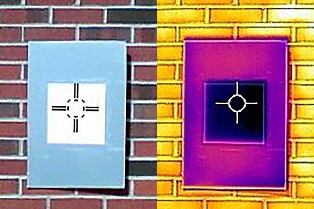 """Eine Infrarotkamera zeigt, wie eine Probe der weißesten weißen Farbe (das dunkelviolette Quadrat in der Mitte) die Platte tatsächlich unter die Umgebungstemperatur abkühlt, etwas, das nicht einmal handelsübliche """"wärmeabweisende"""" Farben tun."""